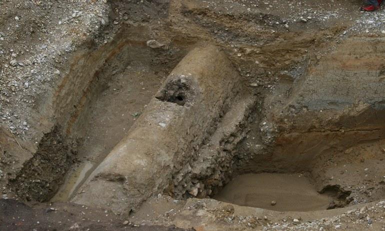 Im Rahmen der Grabungen eines EVN Leitungsprojekts konnten Reste der Limesstraße freigelegt werden. Darunter befand sich eine noch intakte römische Wasserleitung, die nach fast 2.000 Jahren immer noch Wasser fördert.