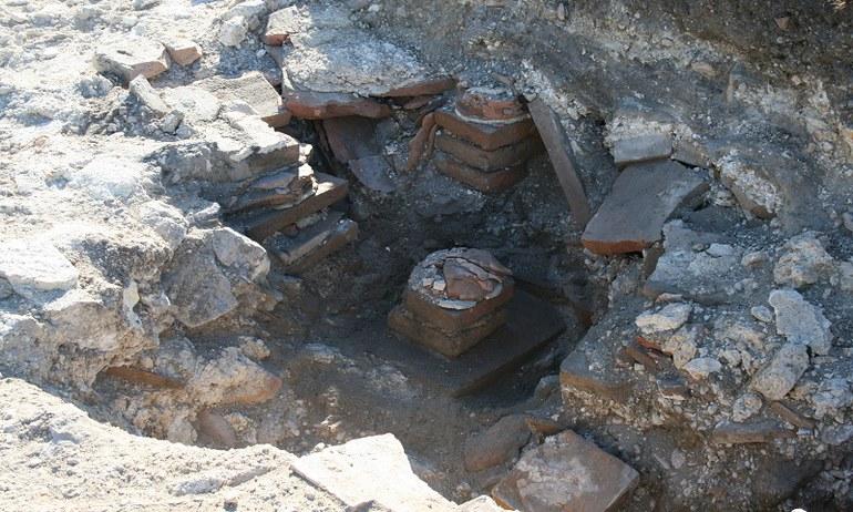 Bei notwendigen Sanierungsarbeiten der Wiesenwege im Römischen Stadtviertel wurde bei der Grabung ein Ziegelmosaik und ein eingestürztes Hypokaustum freigelegt.