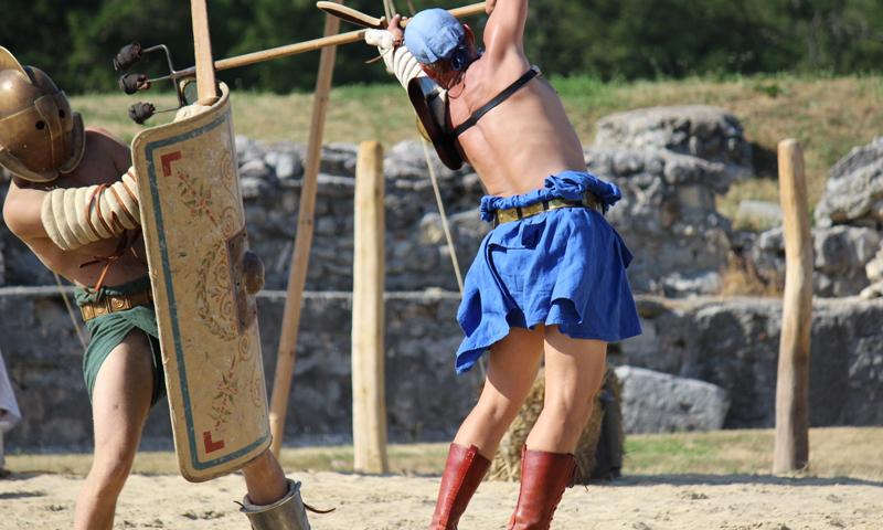 Salvete, Salvete,  cives  Romani. Mihi  nomen  est  Titus  Manlius  Thraex. Lanista  Familiae  Gladiatoriae  Carnuntinae  sum.