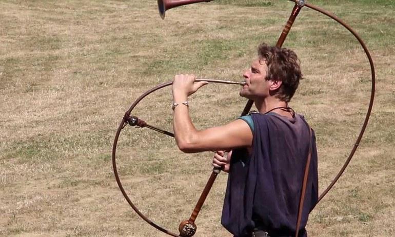 In antiker Zeit waren brozene Blechblasinstrumente weit verbreitet und erfüllten wichtige Aufgaben in der römischen Kultur. Lauscht mit Hagen Pätzolt den Klängen der Antike!