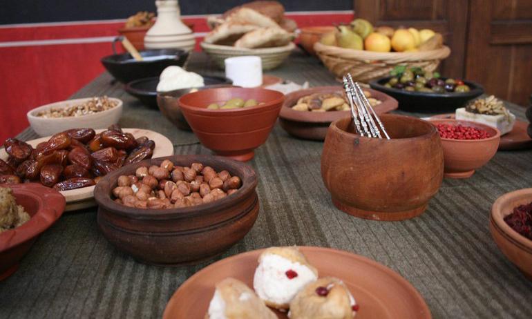 Lust auf einen schnellen Snack? Moretum ist da genau das Richtige! Die würzige Creme aus Schafskäse, Knoblauch und Kräutern zählt zu den bekanntesten Gerichten der Römer.