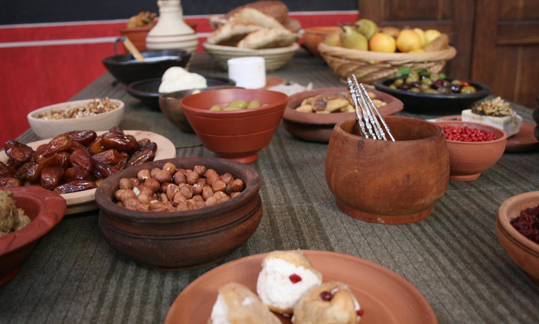 Römische Köstlichkeiten nach Originalrezept werden bei einem kommentierten 5-Gänge-Menü mit römischer Musikuntermalung in der villa urbana kredenzt. Dazwischen wird auch ein Blick in die duftenden Kochtöpfe nebenan in der rekonstruierten Küche gewagt.