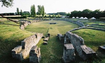 Das kleinere und ältere der beiden Carnuntiner Amphitheater befindet sich auf halbem Weg zwischen dem Römischen Stadtviertel und dem Museum Carnuntinum.