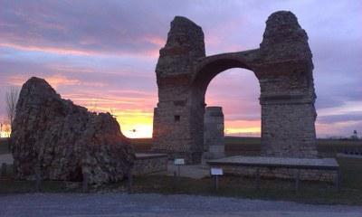 Das Wahrzeichen Carnuntums liegt rund 20 Gehminuten südlich vom Römischen Stadtviertel entfernt.