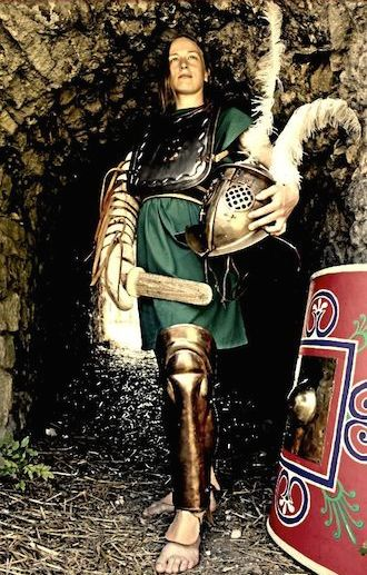 Pri prepade znepriateleného klanu som bola zobratá do zajatia a predaná do otroctva. Ako bojovnej Germánke ale spoznali rýchlo môj potenciál a bola som poslaná do ludusu.