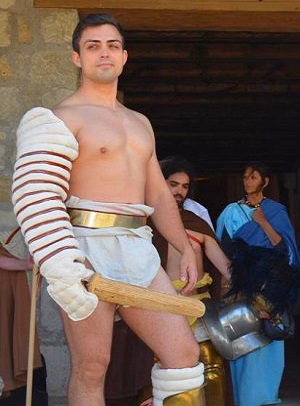 Ako bývalý legionár légie XV Apollinaris pri Vindobone som dezertoval kvôli otvorenému účtu s gladiátorom Icarom. Jeho kmeň vyplienil môju malú Villu Rusticu a moju ženu odviedol. Vidíme sa v aréne – Icarus!