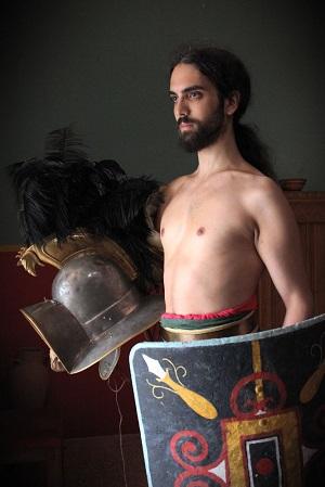 Narodený pod trblietajúcim kartágskym slnkom som sa ako 17 ročný stal dobrovoľne gladiátorom. Sláva, česť, ženy  a predovšetkým pravidelne podávané jedlo boli mojou motiváciou.