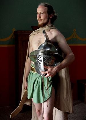 Som dobrovoľný gladiátor, pochádzam z šlachty a som synom senátora. Hľadám dobrodružstvo, bohatstvo a slávu..... nemám strach pred smrťou a som ochotný položiť život za hrdinskú smrť v aréne!