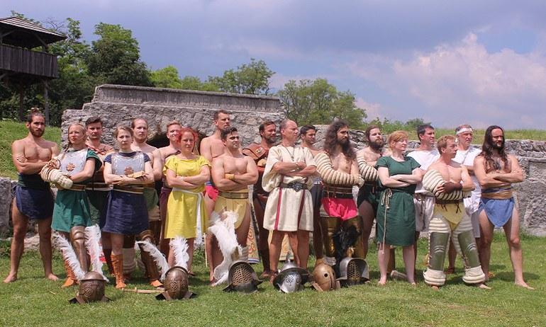 Od roku 2015 má Rímske mesto Carnuntum vlastnú gladiátorskú skupinu: Familia Gladiatoria Carnuntina meria sily v aréne doma aj v zahraničí.