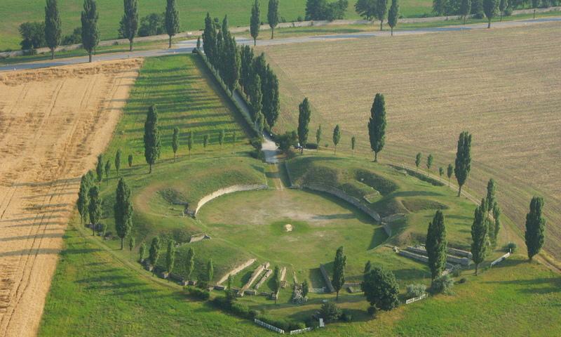 Väčší z dvoch carnuntských amfiteátrov, postavený mimo civilného mesta okolo konca druhého storočia n. l. sa nachádza juhovýchodne od civilnej mestskej štvrte vo vzdialenosti necelých 20 minút chôdze.
