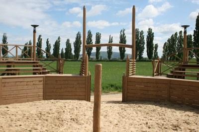 Tréningová aréna gladiátorskej školy sa nachádza vedľa amfiteátra civilného mesta, južne od Rímskej mestskej štvrte vo vzdialenosti do 20 minút chôdze.