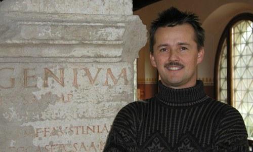 Vedecký riaditeľ Rímskeho mesta Carnuntum, dvorný radca Mag. Franz Humer, vyštudoval klasickú archeológiu, dejiny staroveku a dejiny umenia na univerzite v Salzburgu. Jeho život je už temer 30 rokov úzko spätý s vedeckým výskumom Rímskeho mesta Carnuntum. Do funkcie vedeckého riaditeľa bol vymenovaný v roku 2001.