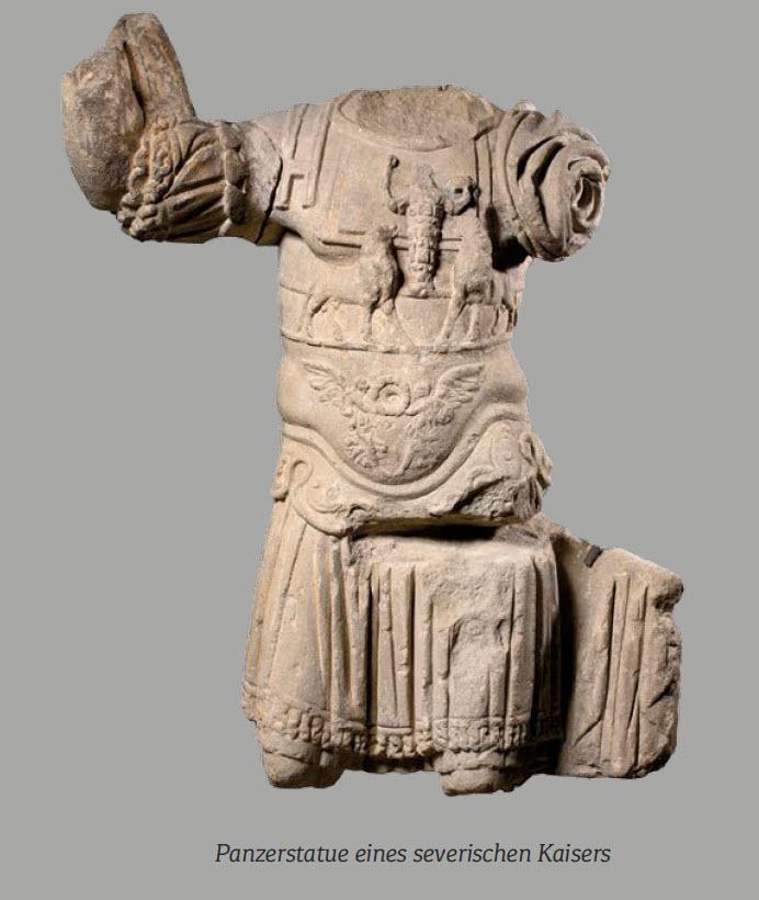 Die Kaiserstatue aus Marmor stellt einen Herrscher der severischen Dynastie (193-235 .Chr.) als Feldherr im Prunkpanzer dar. Gelegentlich wurden solchen Statuen so konzipiert, dass der Kopf austauschbar war, was wohl einer hohen Zahl an (Soldaten-)Kaiser geschuldet war.
