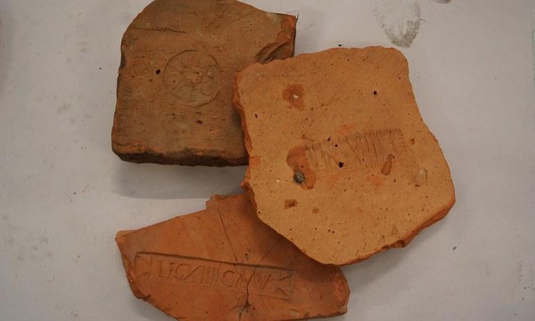 Die Legio XIIII Gemina Martia victrix war fast 300 Jahre lang in Carnuntum am Donaulimes stationiert. Antike Ziegel mit eingestempelte Zeichen und Buchstaben liefern heute noch den Beweis.