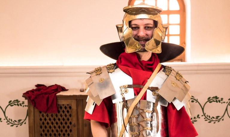 Moe ist schon voller Vorfreude auf das Römerfestival 2018. Was er noch nicht weiß: Bald muss er in die Rüstung eines Römischen Legionärs schlüpfen.
