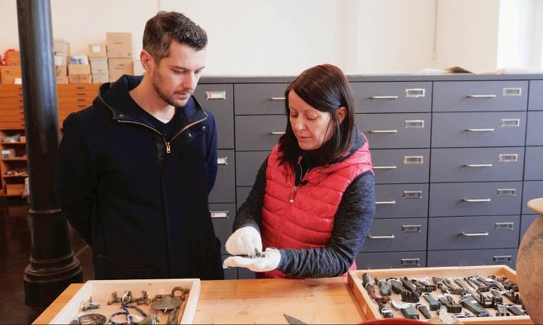 Moe bekommt eine exklusive Führung durch die Kulturfabrik Hainburg, das Depot des Sammlungsbereichs Römische Archäologie der Landessammlungen Niederösterreich.
