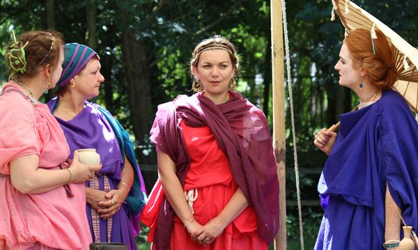 Römische Mädchen und Frauen blieben Zeit Ihres Lebens unter Vormundschaft. In ihren Jugendjahren war es der Vater, nach Ihrer Heirat war es ihr Ehemann. Claudia Schönholz berichtet aus dem Leben der Frauen Roms.