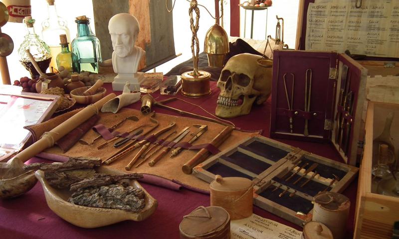 Wie stand es um die medizinische Versorgung der Bevölkerung im römischen Weltreich? Wie wurden Ärzte ausgebildet? Kam Caesar wirklich per Kaiserschnitt zur Welt? - eine Medica klärt auf!