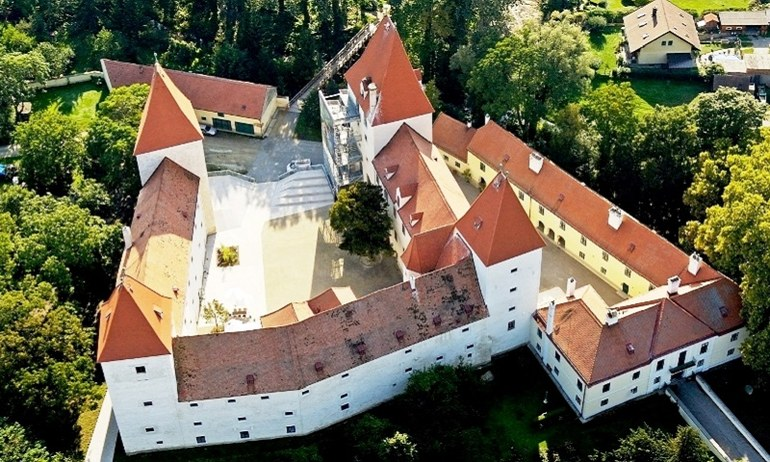 Blick auf Schloss Orth aus der Luft.