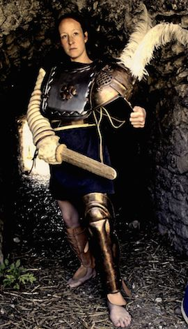Môj otec bol sam uspešným gladiátorom a zastvätil ma aj napriek bežným zvyklostiam do tajov boja. Z vlastného rozhodnutia som vstúpila do ludu a bojujem za slávu a česť.