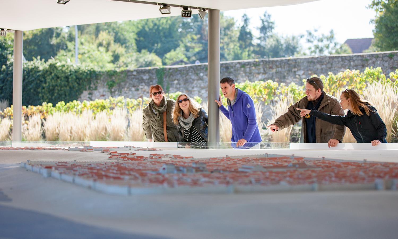 Jedno- až dvojhodinové sprievody na stanovištiach Vašej voľby sú ideálne pre všetkych návštevníkov: Rodiny, seniori, podnikoví výletníci alebo interesovaní v skupinách dostanú náhľad co rímskej minulosti Carnunta.
